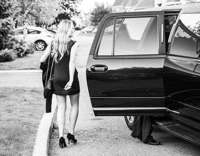 dívka u limuzíny.jpg