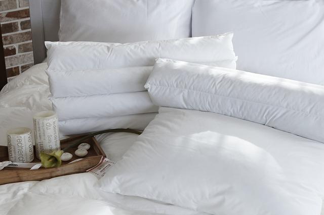 dekorace na posteli