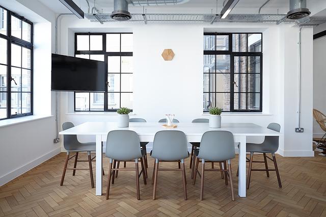 šedé židle