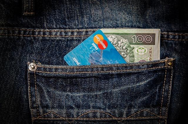 kapsa s kartou a bankovkou