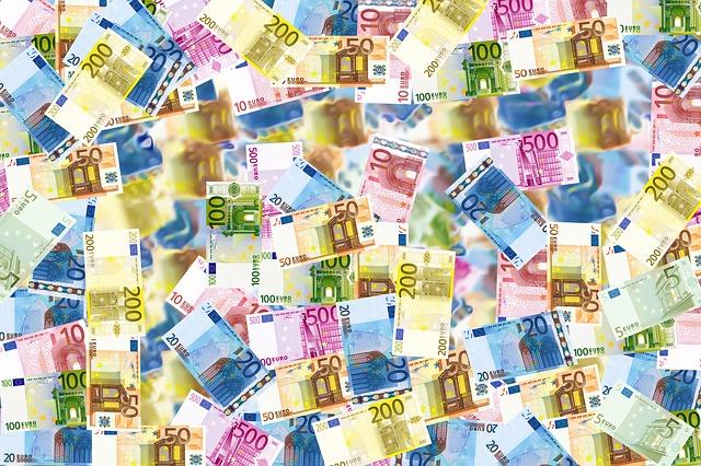 barevné euro bankovky na skle